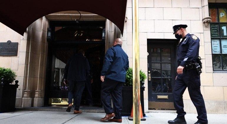 Policiais entram no prédio onde Giuliani mora, em Manhattan