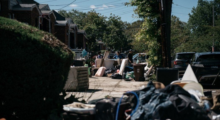 Moradores do Queens começaram a tarefa de limpar suas casas após a tempestade