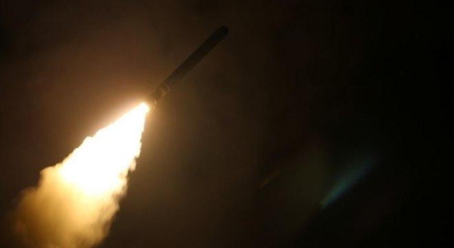 Navio dos EUA dispara míssil Tomahawk durante ataque à Síria