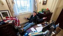 EUA: homem fotografado com os pés na mesa de Pelosi é preso