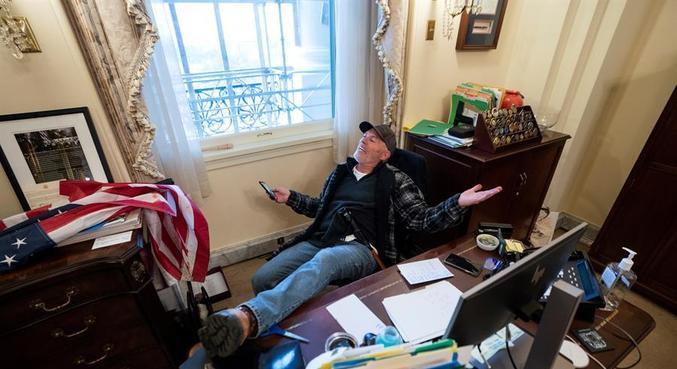 Richard Barnett invadiu o gabinete junto com outros manifestantes na última quarta-feira (6)