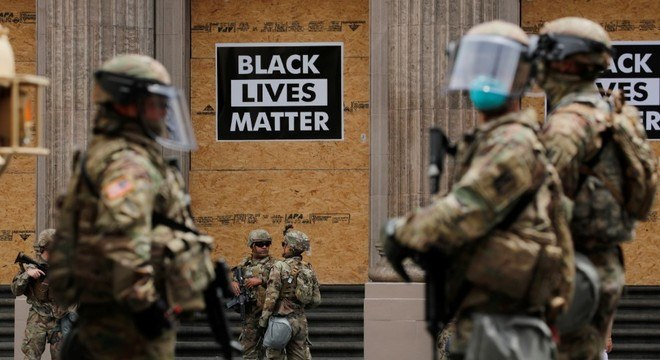 Membros da Guarda Nacional fazem patrulha em Hollywood, na Califórnia