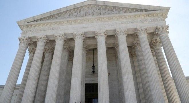 A Suprema Corte aprovou uma regra que nega residência permanente legal a certos imigrantes