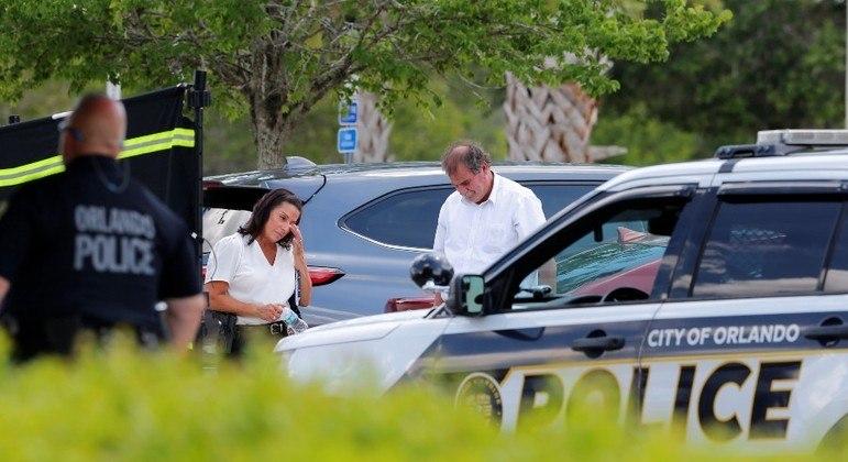 Policiais vigiam a cena do crime perto do escritório da imigração em Orlando (EUA)