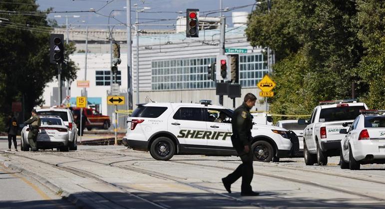 Policial patrulha a rua diante do pátio de manobras da VTA, em San José, onde ocorreu o tiroteio