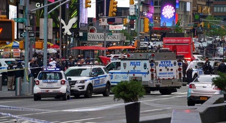 A polícia cercou Times Square após o tiroteio, mas nenhum suspeito foi preso até o momento