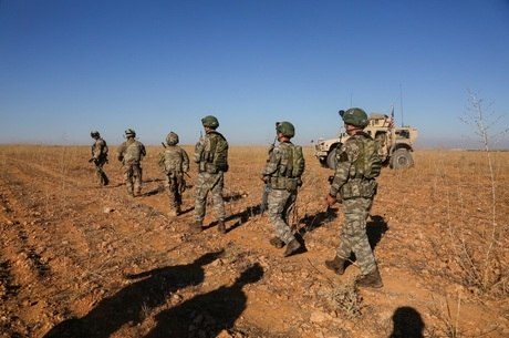 Soldados americanos e turcos patrulham região síria