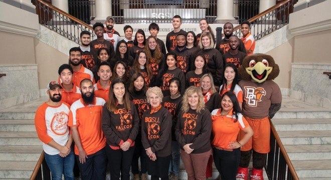 Marcia Salazar-Valentine (centro) e os alunos estrangeiros da Bowling Green State