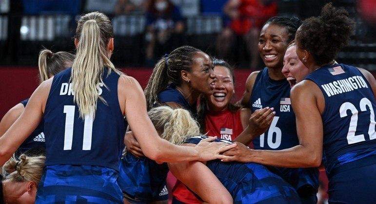 Jogadoras dos EUA comemoram vitória sobre a Sérvia