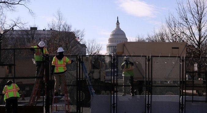 Operários montam cerca perto do Capitólio, em Washington (EUA)