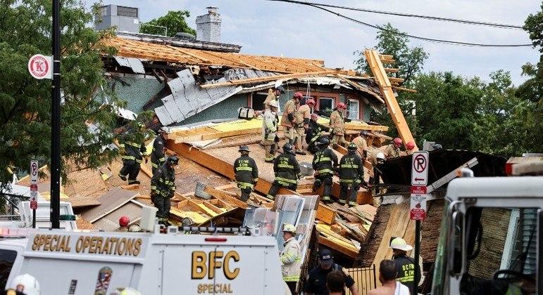 Bombeiros vasculham escombros de prédio que desabou em Washington, capital dos EUA