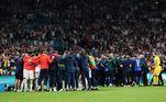 Inglaterra e Itália se concentram para encarar a prorrogação após empatarem em 1 a 1 no tempo regulamentar de jogo