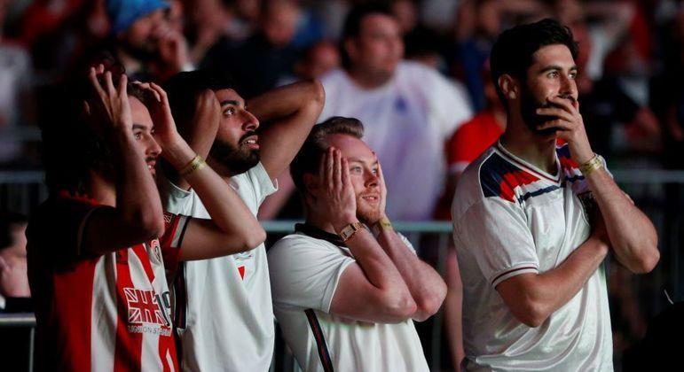 Torcedores dispensaram uso de máscaras e distanciamento social na final da Eurocopa