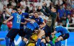Jogadores comemoram a defesa de Donnarumma, que deu o título da Eurocopa à Itália
