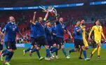 Seleção italiana vai para a torcida com o troféu da Eurocopa