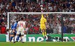 A seleção inglesa jogou muito bem no primeiro tempo e comandou o jogo, com algumas boas oportunidades de gol