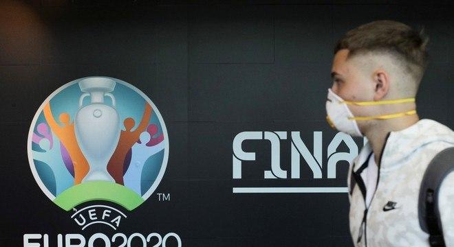Infantino segue o tom da Uefa. Muito menos apressada que a Conmebol