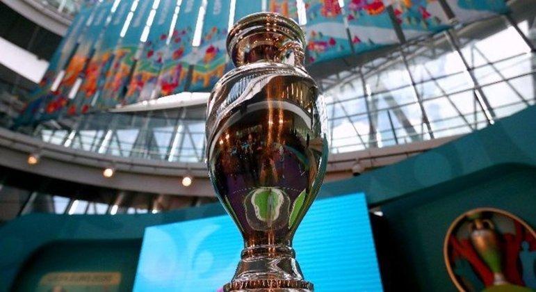 A taça espetacular da Eurocopa