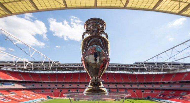 A taça da Eurocopa, no estádio de Wembley