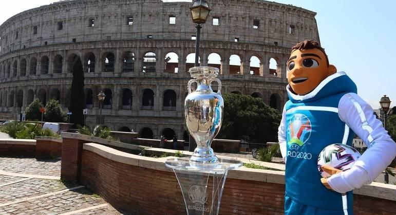 """De passagem por Roma, a taça e o mascote """"Skillzy"""""""