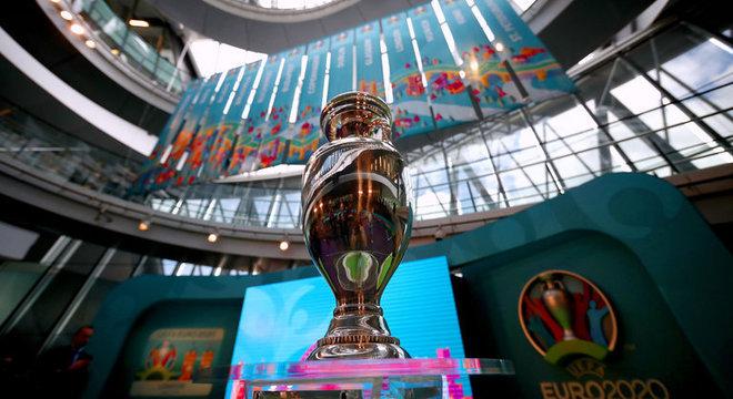 Em exposição, a taça da Eurocopa