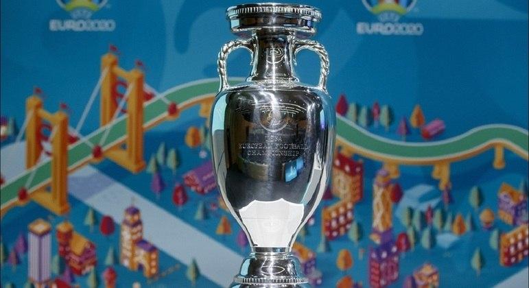 Com uma estilização de Londres ao fundo, a taça da Euro2020