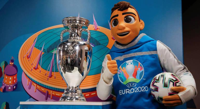 "A taça, o mascote ""Skillzy"" e a bola da Euro2020"