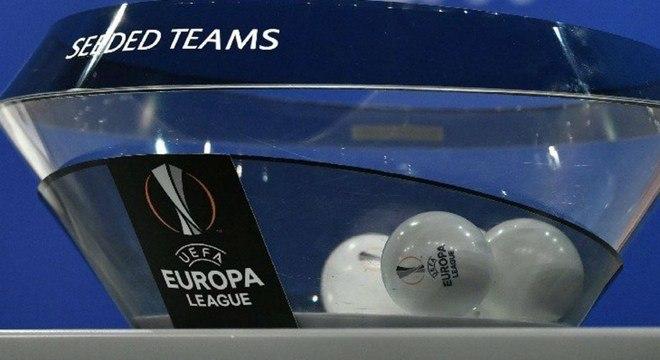 Num ensaio para o sorteio, as bolas da Europa League