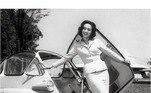 Ainda na década de 1950, Eva Wilma posava lado de uma Romi-Isetta, o primeiro carro produzido no Brasil