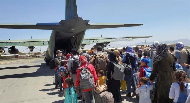 Explosões no aeroporto de Cabul aceleraram o processo de retirada de civis e diplomatas do Afeganistão