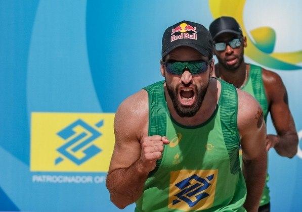Evandro e Bruno Schmidt estreiam no vôlei de praia contra uma dupla chilena, às 23h.