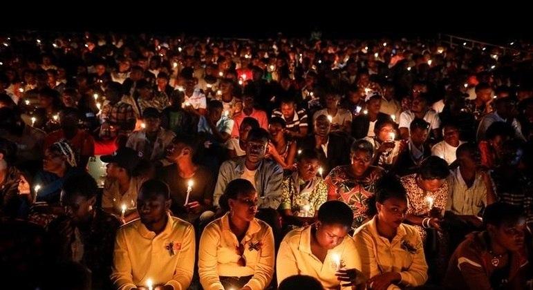 Ruandeses realizam ato em 2019 em lembrança às pessoas mortas durante o genocídio
