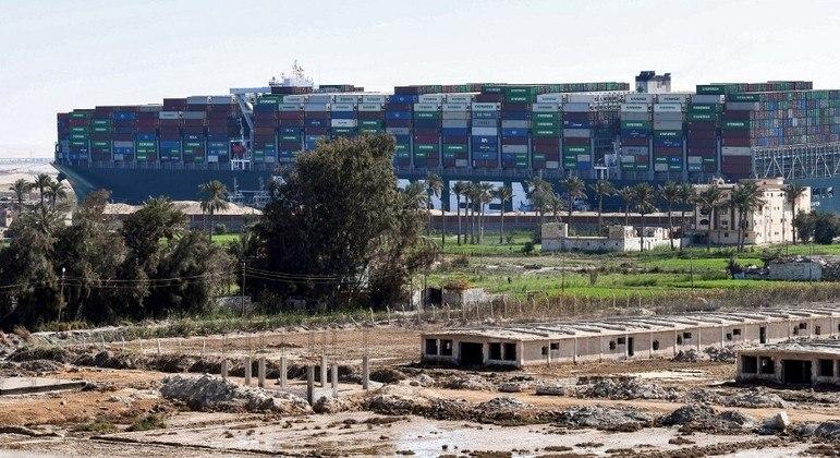 O cargueiro Ever Given ficou quase uma semana encalhado no canal de Suez
