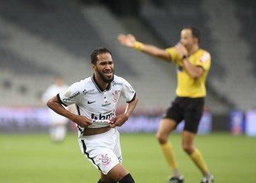 Everaldo comemora gol aos 49 minutos do segundo tempo. Corinthians sendo Corinthians