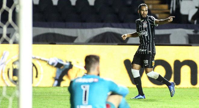 Sorte presente. Everaldo iria cruzar, a bola desviou em Henrique. Corinthians venceu