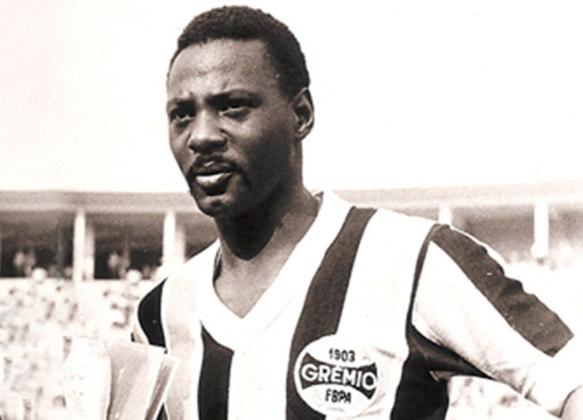 Everaldo -Everaldo Marques da Silva, lateral-esquerdo da Seleção Brasileira na Copa de 70, faleceu em um acidente de carro em outubro de 1974.