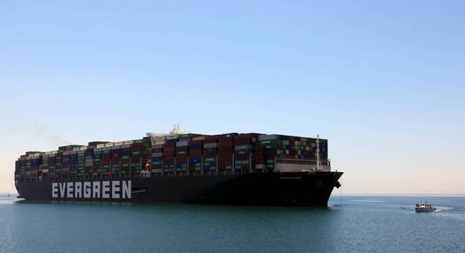 Navio Ever Given finalmente deixa Canal de Suez