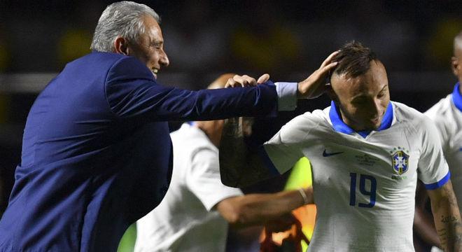 Tite fazendo carinho em Everton Cebolinha. Briga com Bruno Henrique pela Seleção