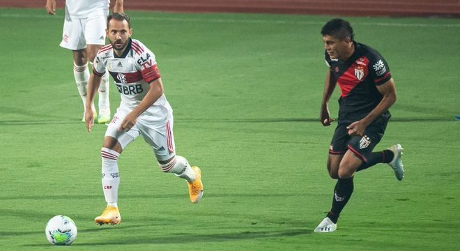 Everton Ribeiro. Perdido como todo time do Flamengo, em Goiânia