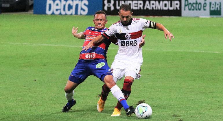 Everton Ribeiro teve muita dificuldade com a forte marcação do Fortaleza