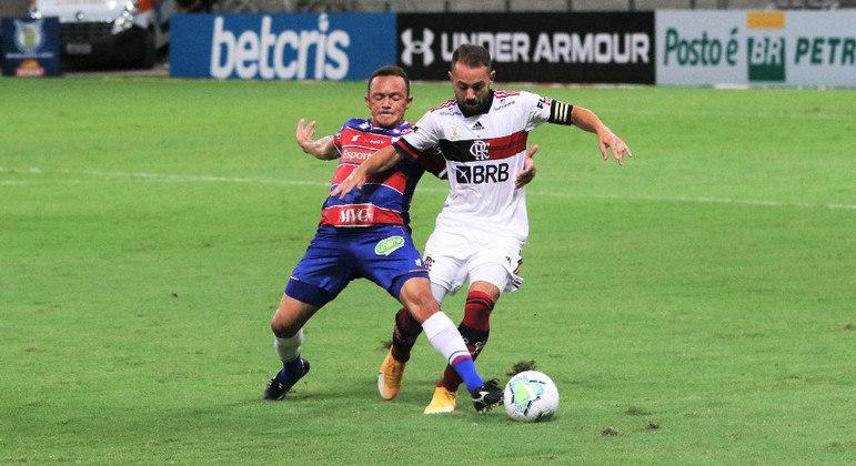 Carlinhos anulou Everton Ribeiro, irritadiço e distante dos companheiros