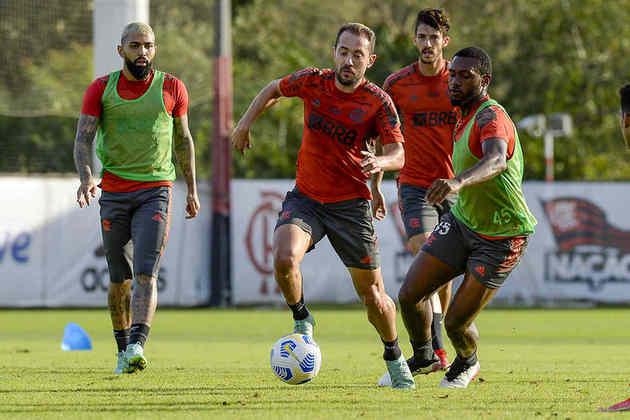 Everton Ribeiro é acompanhado de perto por Otávio, zagueiro do time sub-20 do Flamengo.
