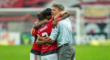 Simbiose garantida: jogadores abraçam Renato