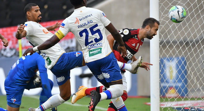 Everton Ribeiro chapelou goleiro com a ponta da chuteira e marcou golaço