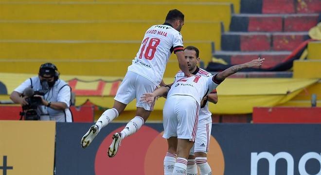 Everton Ribeiro, Pedro e Thiago Maia comemoram gol do Flamengo