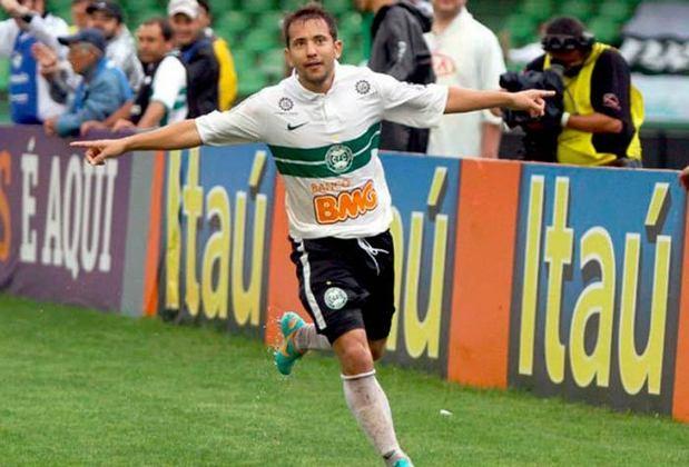 Everton Ribeiro: Titular do Flamengo e convocado para a Copa América 2021, a realidade de Everton Ribeiro em 2011 era bem diferente, já que o atleta surgia no futebol brasileiro com a camisa do Coritiba.