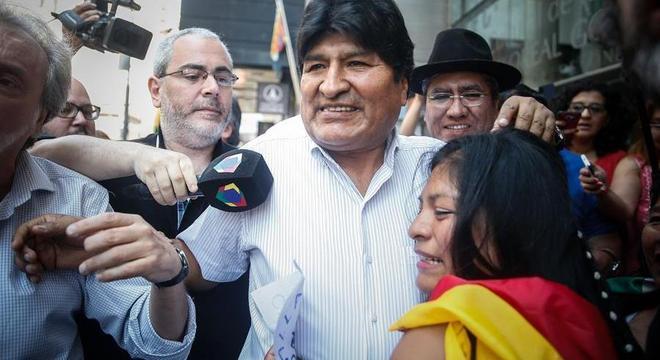 Evo Morales é abraçado por imigrantes bolivianos na Argentina