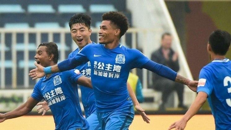 Ex-Corinthians, o volante Junior Urso também atuou no futebol chinês. Ele jogou no Shandong entre 2014 e 2016. Também passou pelo Guagzhou R&F, entre 2017 e 2019. Venceu a Copa da China pelo Shandong.