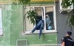 Um homem bêbado acabou esmagado de forma bastante vergonhosa em uma janela após tentar invadir o apartamento da ex-namorada. A polícia não apenas o resgatou, mas também fotografou e eternizou a tentativa frustrada de invasão