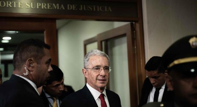Álvaro Uribe deixa sala da Suprema Corte colombiana após prestar depoimento